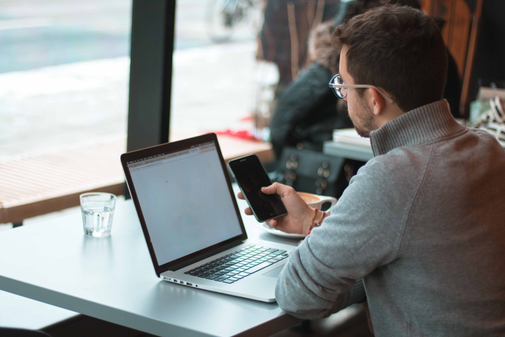 Online Kurse könnne überall ausgeführt werden. Sei es am Laptop, Tablet oder Mobiltelefon